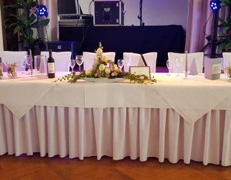 Gedeckter Tisch im Saal
